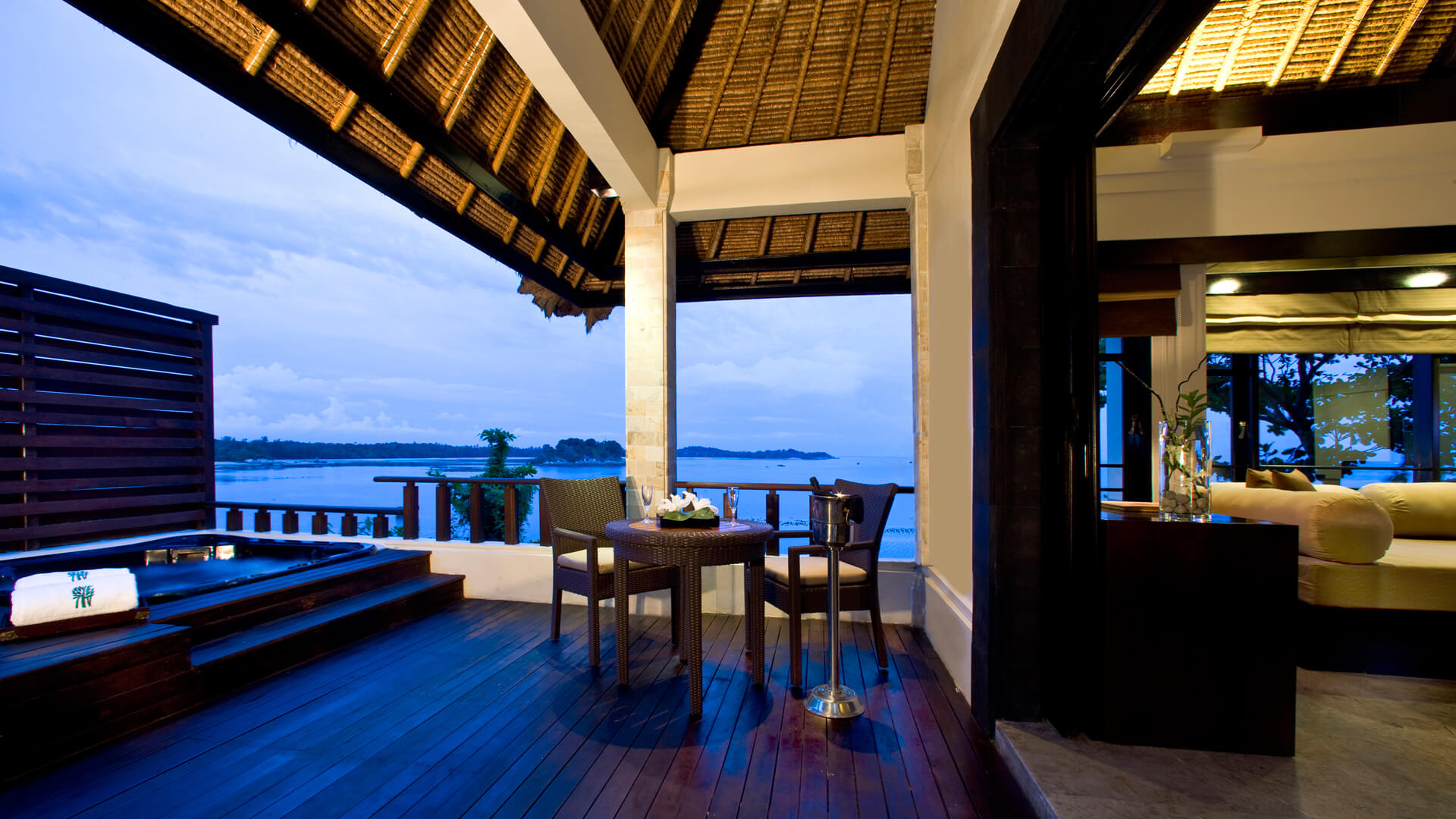 ONE-BEDROOM BAYFRONT VILLAS (OUTDOOR DECK)